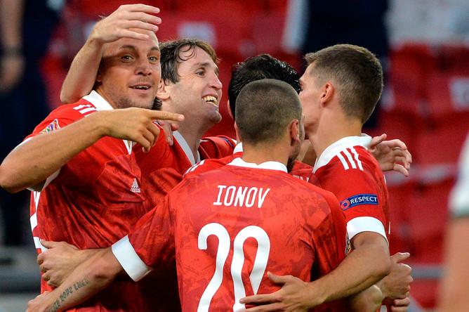 Игроки сборной России радуются забитому голу в матче 2-го тура Лиги наций УЕФА между сборными Венгрии и России, 6 сентября 2020 года