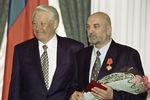 Президент России Борис Ельцин и актер Алексей Петренко нацеремонии вручения государственных наград вКремле, 1998 год
