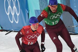 Российские спортсмены Денис Спицов (слева) Александр Большунов в финале командного спринта среди мужчин в соревнованиях по лыжным гонкам на XXIII зимних Олимпийских играх в Пхенчхане, 21 февраля 2018 года