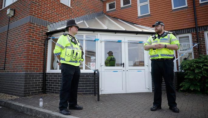 Сотрудники британской полиции около оцепленной баптистской церкви после инцидента с отравлением в...