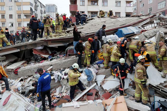 На месте обрушения шестиэтажного здания в Стамбуле, 6 февраля 2019 года