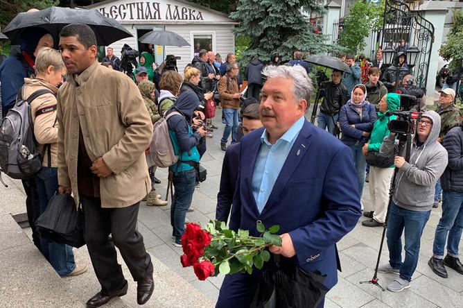 Сергей Бабурин на церемонии прощания с певцом Вилли Токаревым в Москве, 9 августа 2019 года