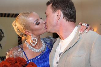 Балерина Анастасия Волочкова и актер Марат Башаров целуются на праздновании 35-летия Анастасии Волочковой в Москве, 2011 год