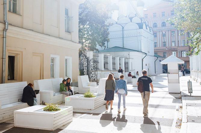 На перекрестке Черниговского переулка с Пятницкой улицей недавно появилась экспериментальная «городская гостиная»