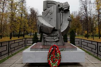 Памятник футбольным болельщикам, погибшим 20 октября 1982 года во время матча между ФК «Спартак» Москва (СССР) и ФК «Хаарлем» (Нидерланды), установленный на БСА «Лужники» в Москве