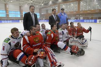 Виталий Мутко и игроки в следж-хоккей