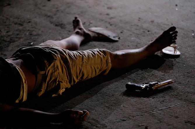 Предполагаемый наркопреступник, убитый в перестрелке с полицией, после того как он и его напарник пытались обойти блокпост во время операции в рамках продолжающейся «Войны с наркотиками»