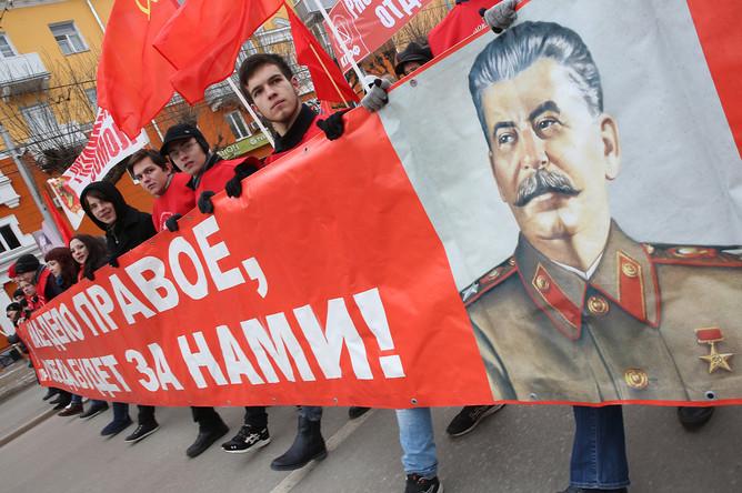Участники шествия КПРФ по Первомайскому проспекту накануне 99-й годовщины Октябрьской социалистической революции