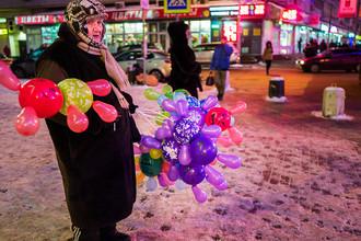 Пожилая женщина с шариками около торгового центра в Москве, 2016 год