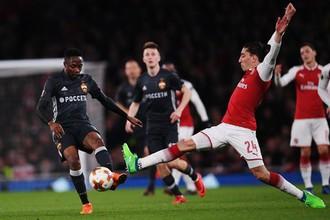 Игрок лондонского «Арсенала» Эктор Бельерин (справа) и нападающий ЦСКА Ахмед Муса в первом матче 1/4 финала Лиги Европы, 5 апреля 2018 года