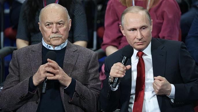 Председатель комитета Госдумы по культуре Станислав Говорухин и президент России Владимир Путин на...