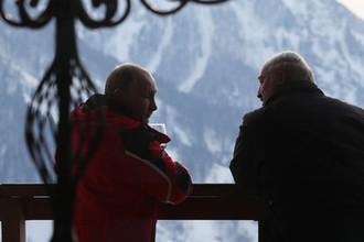 Президент России Владимир Путин и президент Белоруссии Александр Лукашенко (слева) общаются после катания на лыжах в Сочи, 13 февраля 2019 года
