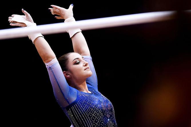 Гимнастка Алия Мустафина (Россия) после выполнения упражнений на брусьях в финале командного многоборья среди женщин на чемпионате мира по спортивной гимнастике в Дохе, 2018 год