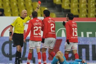 Сергей Карасев показывает красную карточку Хуану Инсаурральде после нарушения на Владимире Быстрове