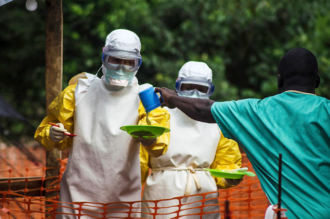 «Врачи без границ» готовятся отнести еду в изолированный лагерь, где находятся зараженные лихорадкой Эбола люди