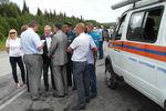Губернатор Красноярского края Виктор Толоконский (третий слева) наместе ДТП вКрасноярском крае, где произошло столкновение пассажирского автобуса сгрузовиком
