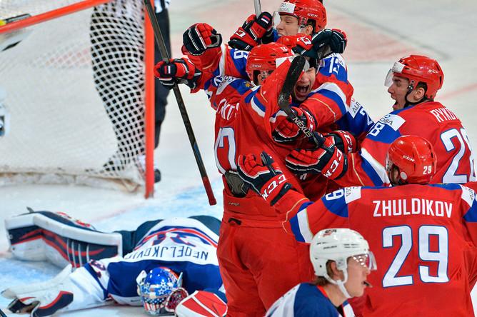 Игроки сборной России радуются забитой шайбе в полуфинальном матче плей-офф молодежного чемпионата мира по хоккею между сборными командами России и США