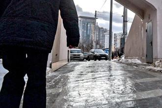 Мужчина идет по тротуару на улице Стромынка в Москве.