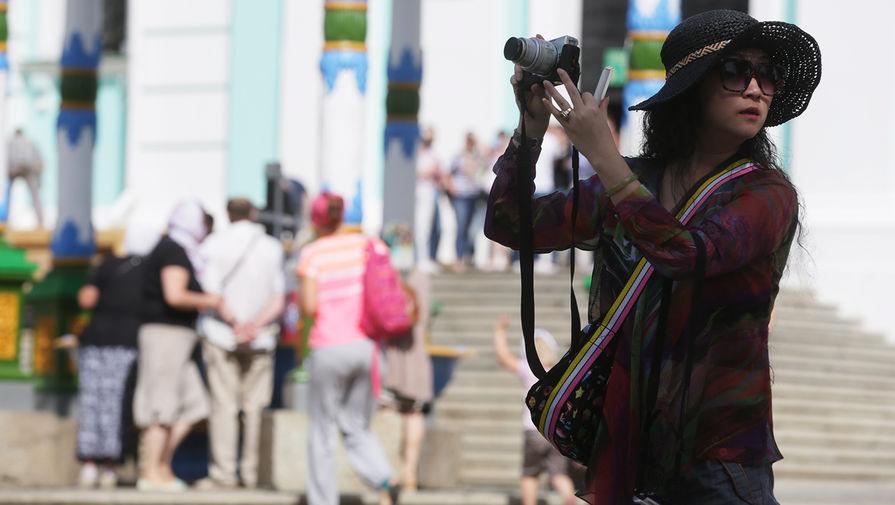 Туристы в Свято-Троицкой Сергиевой лавре