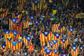Болельщики «Барселоны» держали в руках флаги Каталонии, подчеркивая свою независимость