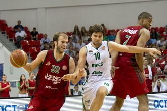 Греческий защитник «Локомотива-Кубани» Ник Калатес (слева) в атаке