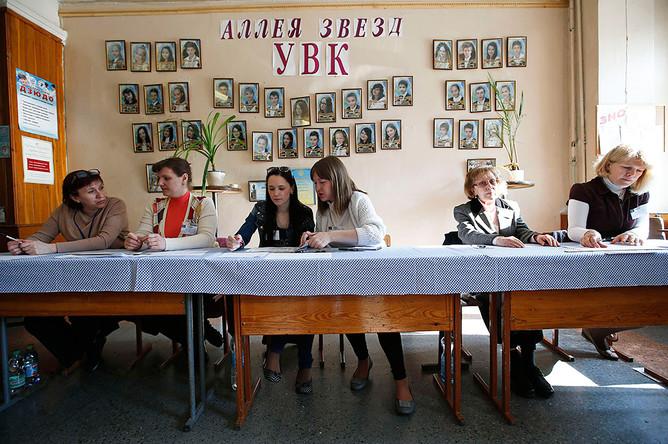 Члены участковой избирательной комиссии на избирательном участке в Донецке
