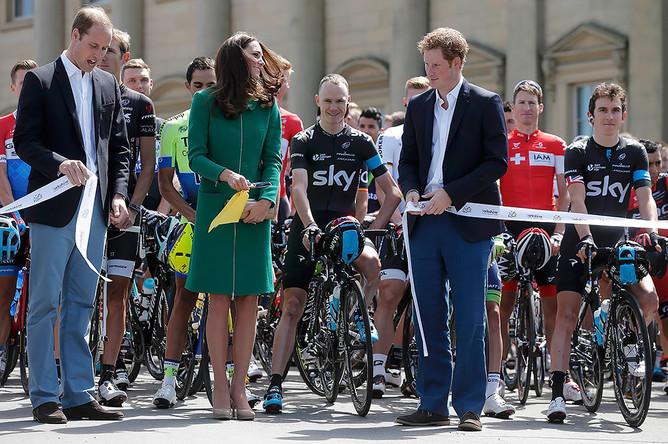 Принц Гарри, принц Уильям, Кейт Миддлтон позируют с участниками велогонки перед ее стартом в Лидсе