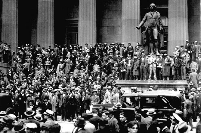 Дальнейшие события красочно описывает в своей книге «Великий крах 1929 года» (1929: The Great Clash) известный американский экономист Джон Кеннет Гелбрейт: «Четверг 24 октября стал первым из тех дней, которые впоследствии окрестят периодом паники. И такая оценка, пожалуй, оправдана, если учесть состояние неопределенности, страха и полного непонимания обстановки, которое охватило публику. В тот день было продано 12 894 650 акций, причем большинство из них за бесценок. Из всех тайн биржи самой непостижимой является то, что в период массовой продажи кто-то еще надеется найти покупателей. 24 октября 1929 года покупатели находились с большим трудом, и то только после того, как цена снижалась до минимума»