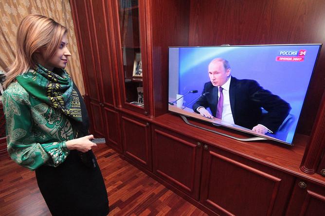 Наталья Поклонская смотрит трансляцию большой пресс-конференции президента РФ Владимира Путина в рабочем кабинете