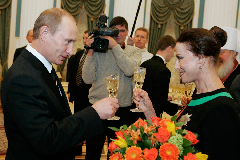 Как Владимир Путин дарил женщинам цветы 18 лет назад и как ...