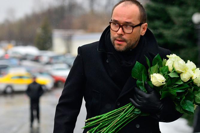 Актер Максим Аверин во время прощания с заслуженной артисткой России Натальей Крачковской
