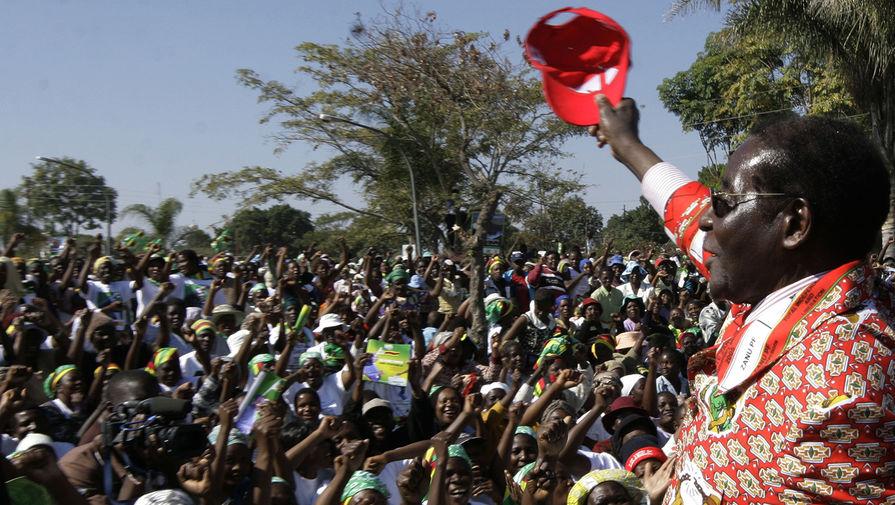 Президент Зимбабве Роберт Мугабе приветствует сторонников перед днем всеобщих выборов, Читунгвиза, Зимбабве, 26 июля 2008 года
