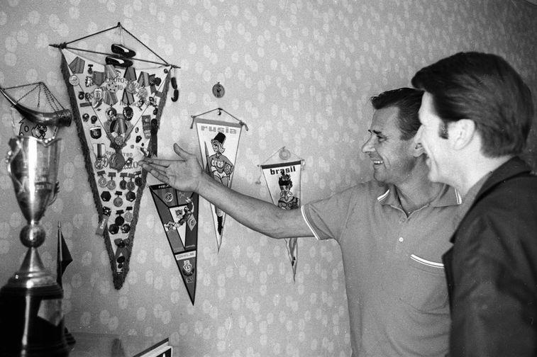 Лев Яшин со своими наградами, 1969 год