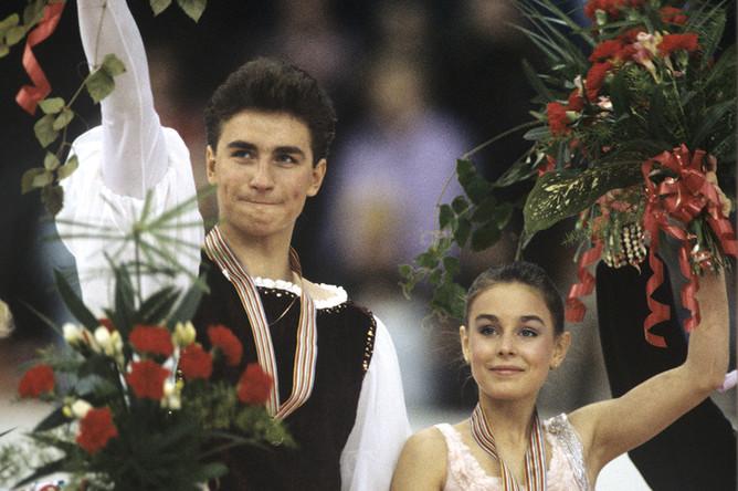 Дуэт Екатерина Гордеева и Сергей Гриньков, завоевавшие первое место и звание чемпионов Европы 1990 года на чемпионате Европы по фигурному катанию