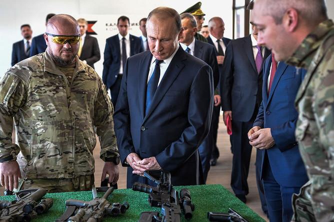 Президент России Владимир Путин во время посещения стрелкового центра на территории выставочного комплекса военно-патриотического парка «Патриот», 19 сентября 2018 года