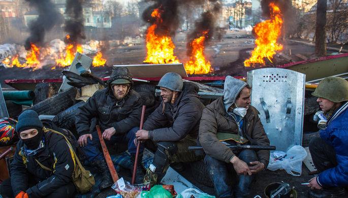 Сторонники оппозиции на баррикаде на улице Институской в Киеве, 20 февраля 2014 года