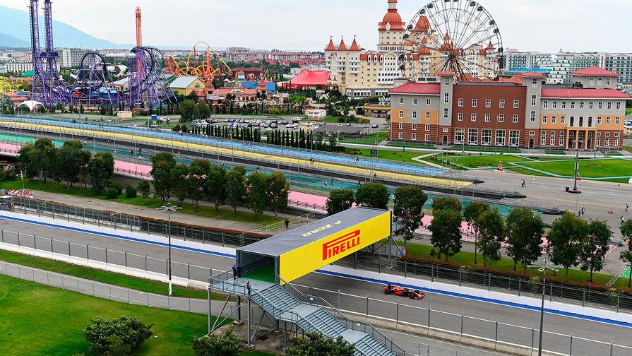 Трасса гоночного комплекса «Сочи Автодром». На втором плане — парк развлечений «Сочи Парк»