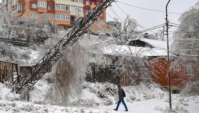 Покосившаяся опора ЛЭП на одной из улиц Владивостока, 20 ноября 2020 года