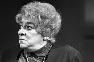 Фаина Раневская в сцене из спектакля «Странная миссис Сэвидж», 1966 год