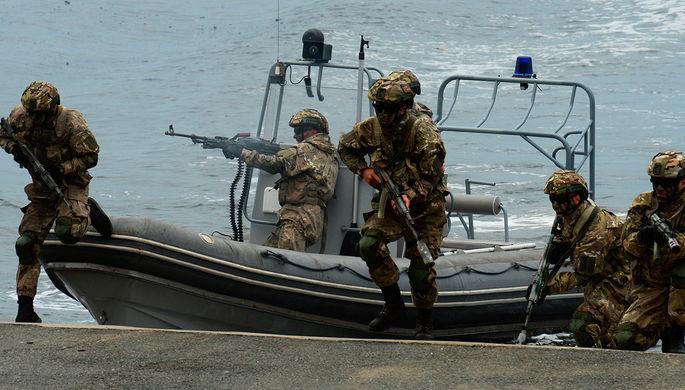 Высадка бойцов морского спецназа во время парада кораблей и военно-спортивного праздника по случаю...