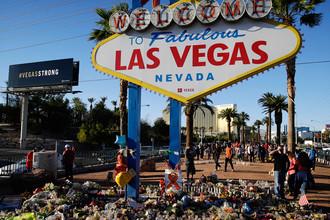 Цветы и свечи в память о жертвах стрельбы на музыкальном фестивале в Лас-Вегасе, 9 октября 2017 года