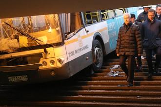 Мэр Москвы Сергей Собянин на месте ДТП с участием рейсового автобуса у станции метро «Славянский бульвар», 25 декабря 2017 года