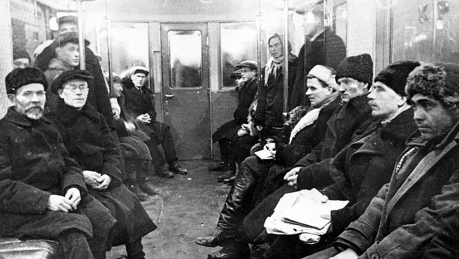 В вагоне Московского метрополитена, 1935 год