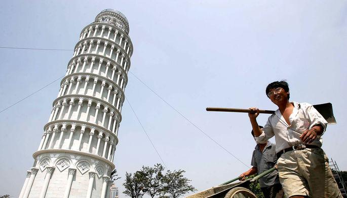 Пизанская башня величиной в четверть настоящей во время римского фестиваля в 2004 году, Шанхай