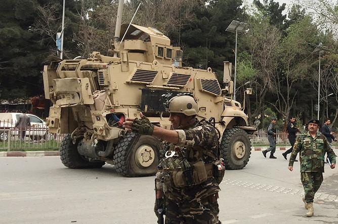 Поврежденный бронированный автомобиль НАТО на месте взрыва в центре Кабула
