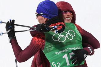 Российские спортсмены Денис Спицов и Александр Большунов, завоевавшие серебряные медали в командном спринте среди мужчин в соревнованиях по лыжным гонкам на XXIII зимних Олимпийских играх в Пхенчхане, 21 февраля 2018 года