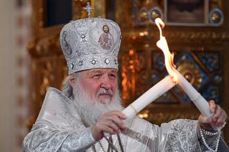 Патриарх Московский и всея Руси Кирилл во время передачи Благодатного огня на праздничном пасхальном богослужении в храме Христа Спасителя, 7 апреля 2018