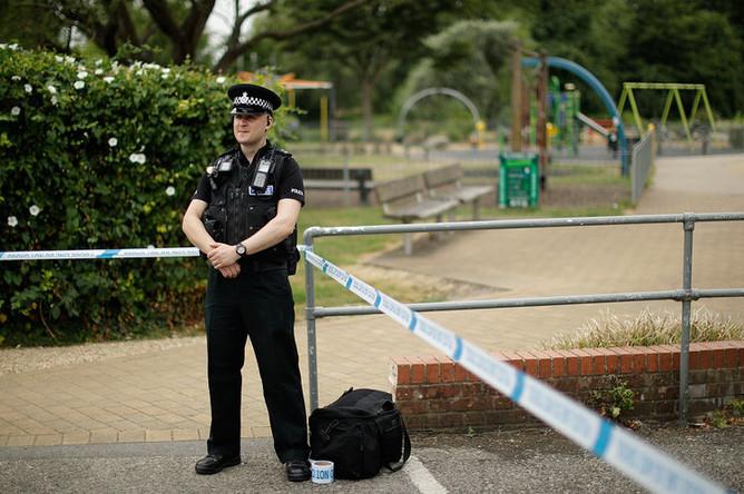 Сотрудник британской полиции в оцеплении около парка королевы Елизаветы после инцидента с отравлением в Эймсбери, 4 июля 2018 года