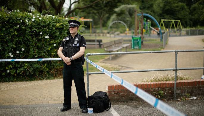 Сотрудник британской полиции в оцеплении около парка королевы Елизаветы после инцидента с...