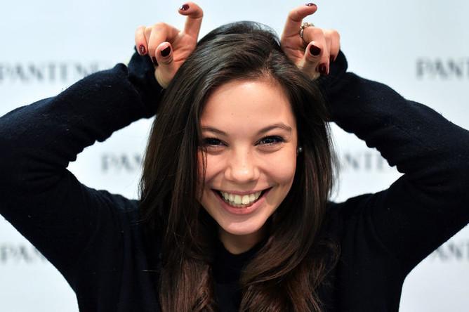 Фигуристка Елена Ильиных во время интервью, 2013 год